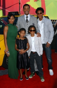 Will Smith (Centro), sus hijos, y esposa.  Picture from PR Photos found through http://blogs.babycenter.com)