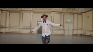 "Screenshot (Captura de Pantalla) del vídeo ""Happy""  tema compuesto y escrito por Pharrell Williams (© 2013 Universal Studios)"