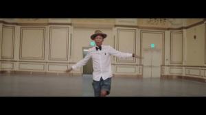 """Screenshot (Captura de Pantalla) del vídeo """"Happy""""  tema compuesto y escrito por Pharrell Williams (© 2013 Universal Studios)"""