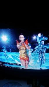 """Katy Perry interpretando """"Dark Horse"""" con sus bailarines vestidos de piezas de ajedrez. Aunque parecían personajes sacados de Frozen"""