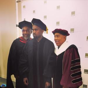 Kanye West durante la graduación (Foto tomada del Facebook de The School of the Art Institute of Chicago)