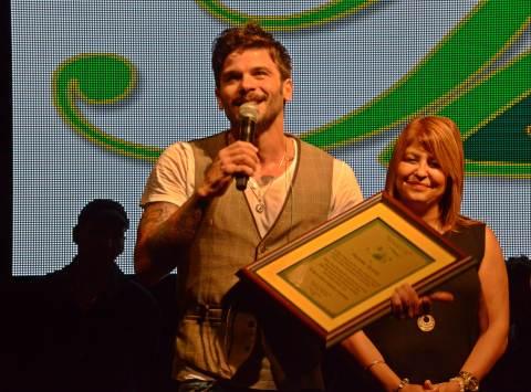 Pedro Capó recibiendo la placa en homenaje a su trayectoria musical (SoundCinemas/Gabriel Rodríguez Acevedo)