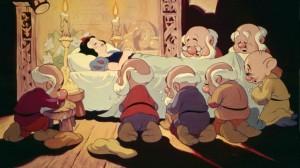 Blanca Nieves (Snow White) cae en un  profundo sueño tras morder la manzana.