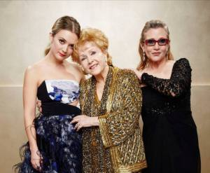 Debbie Fisher (centro) junto a su nieta Billie Lourd y su hija Carrie Fisher