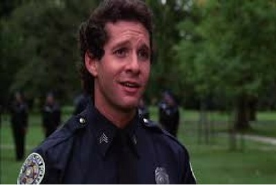 Steve Guttenburg interpreta a Carey Mahoney