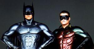 Val Kilmer sustituyendo a Michael Keaton como Bruce Wayne (Batman) y  Dick Grayson (Robin) interpretado por Chris O'Donnell. Batman eternamente
