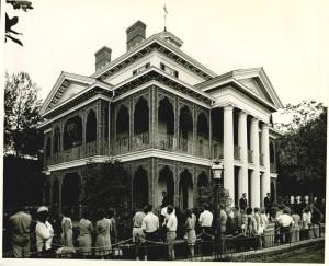 La mansion embrujada durante su apertura en 1969. esta atraccion de Disneylandia servirá de inspiracion para una proxima pelicula de disney